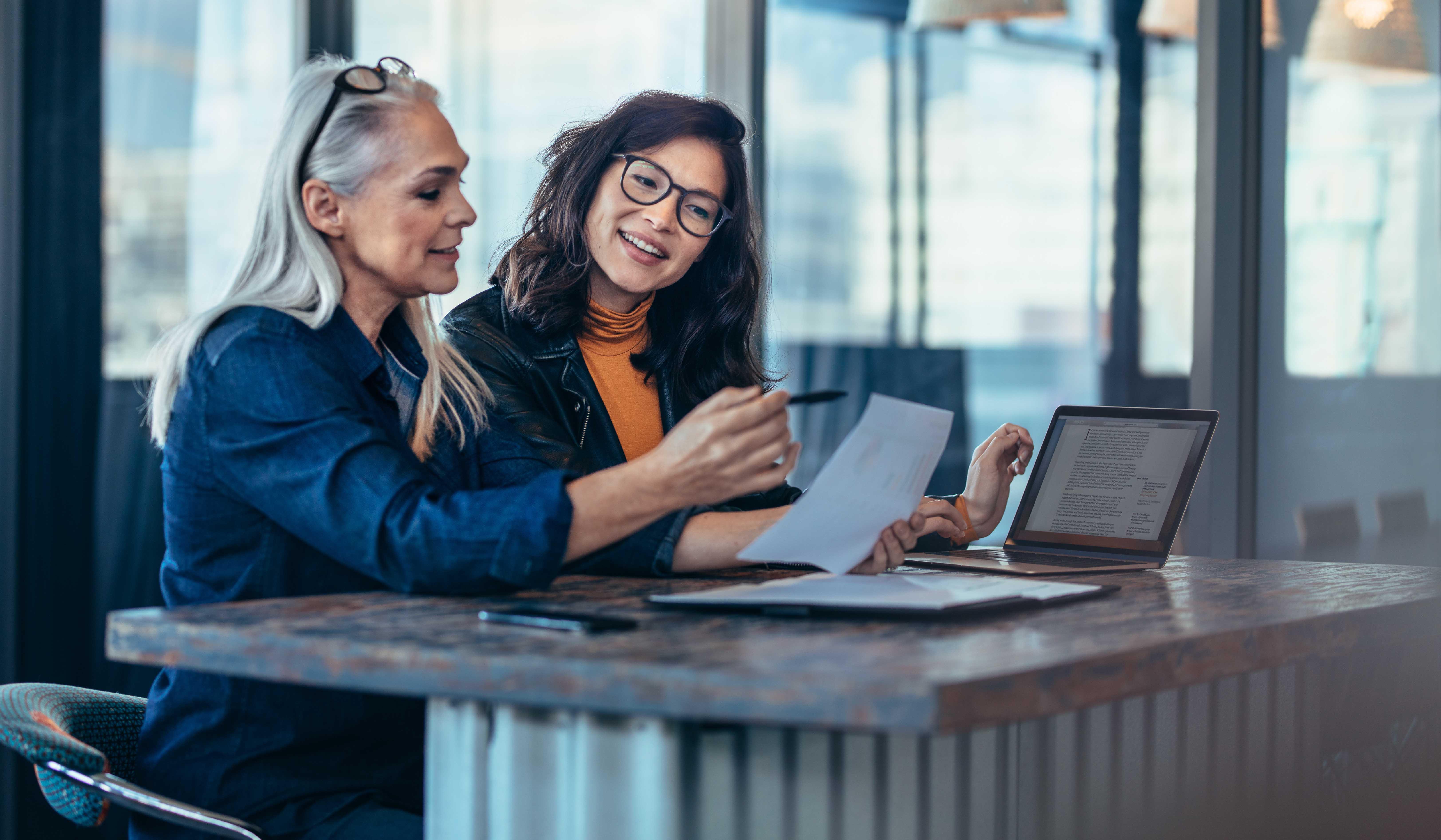 To kvinder arbejder
